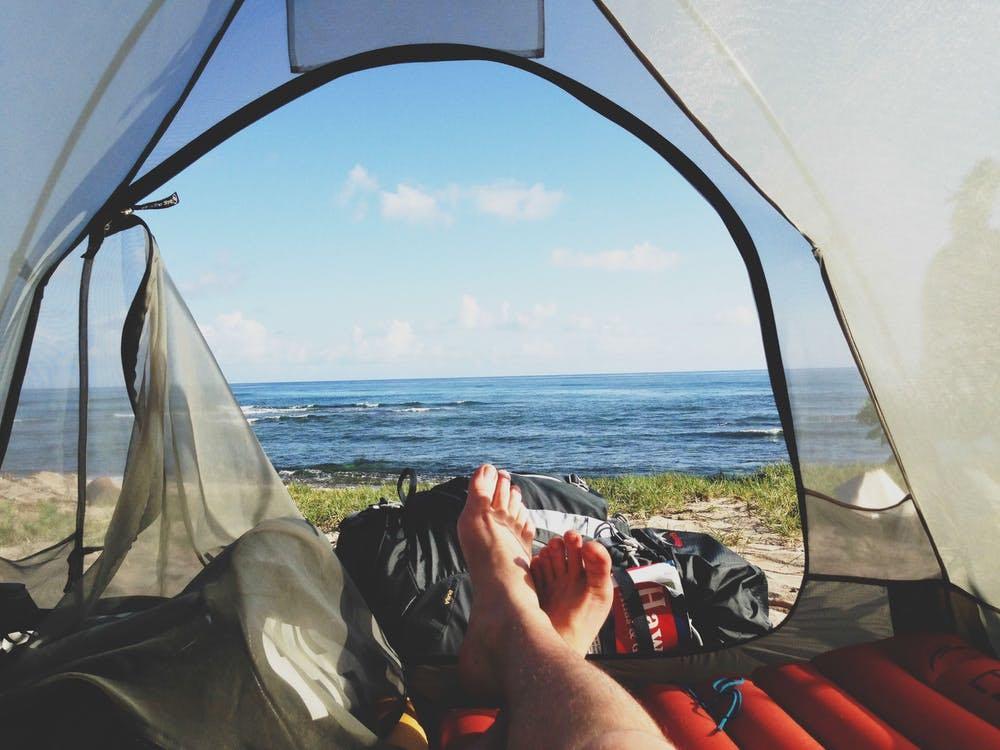 Camping en toile de tente devant l'océan atlantique de Nouvelle Aquitaine